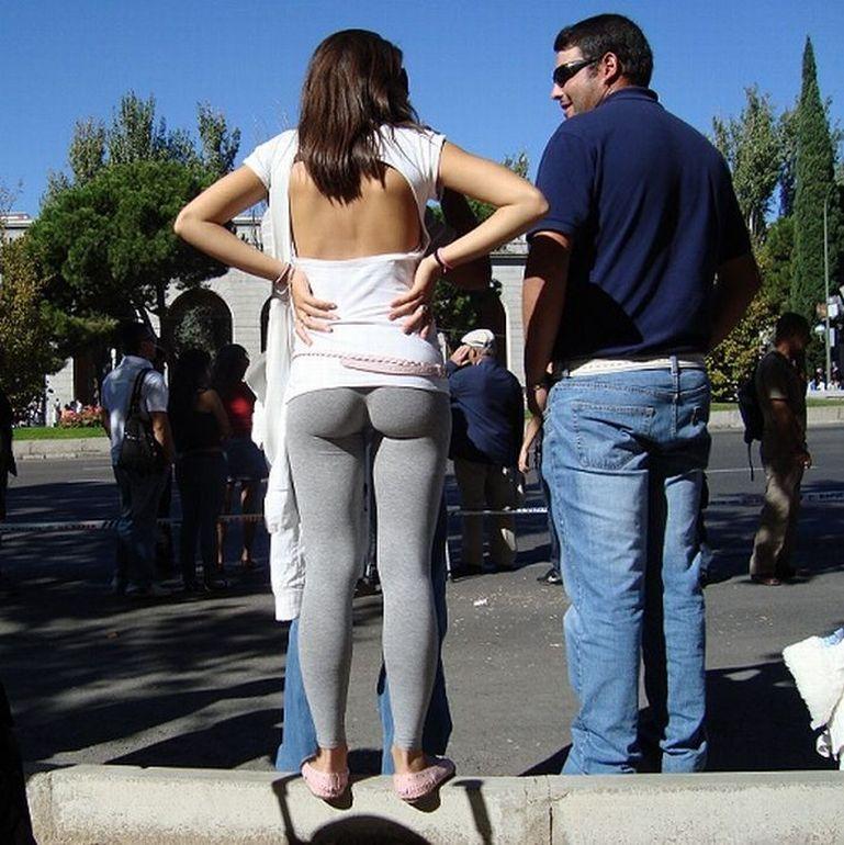 Девушки в обтягивающих штанах (24 фото)