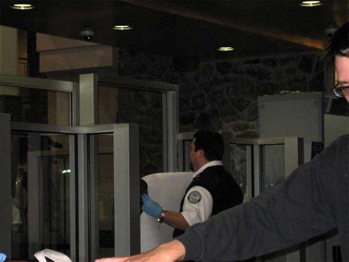 Прикольная история произошла в аэропорту (6 фото)