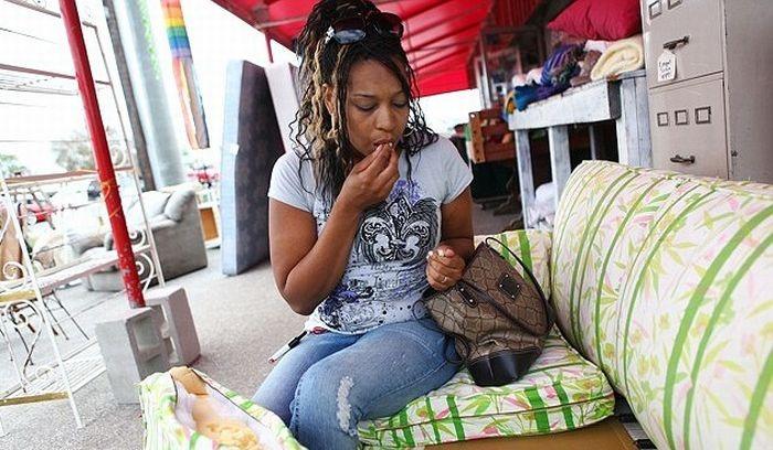 Женщина, которая ест диваны! (5 фото)